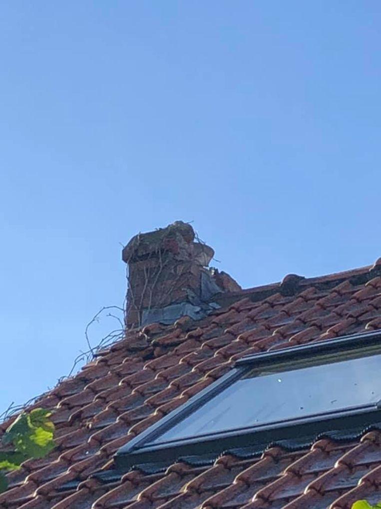 De schouw moest eraan geloven en er sneuvelden enkele dakpannen.