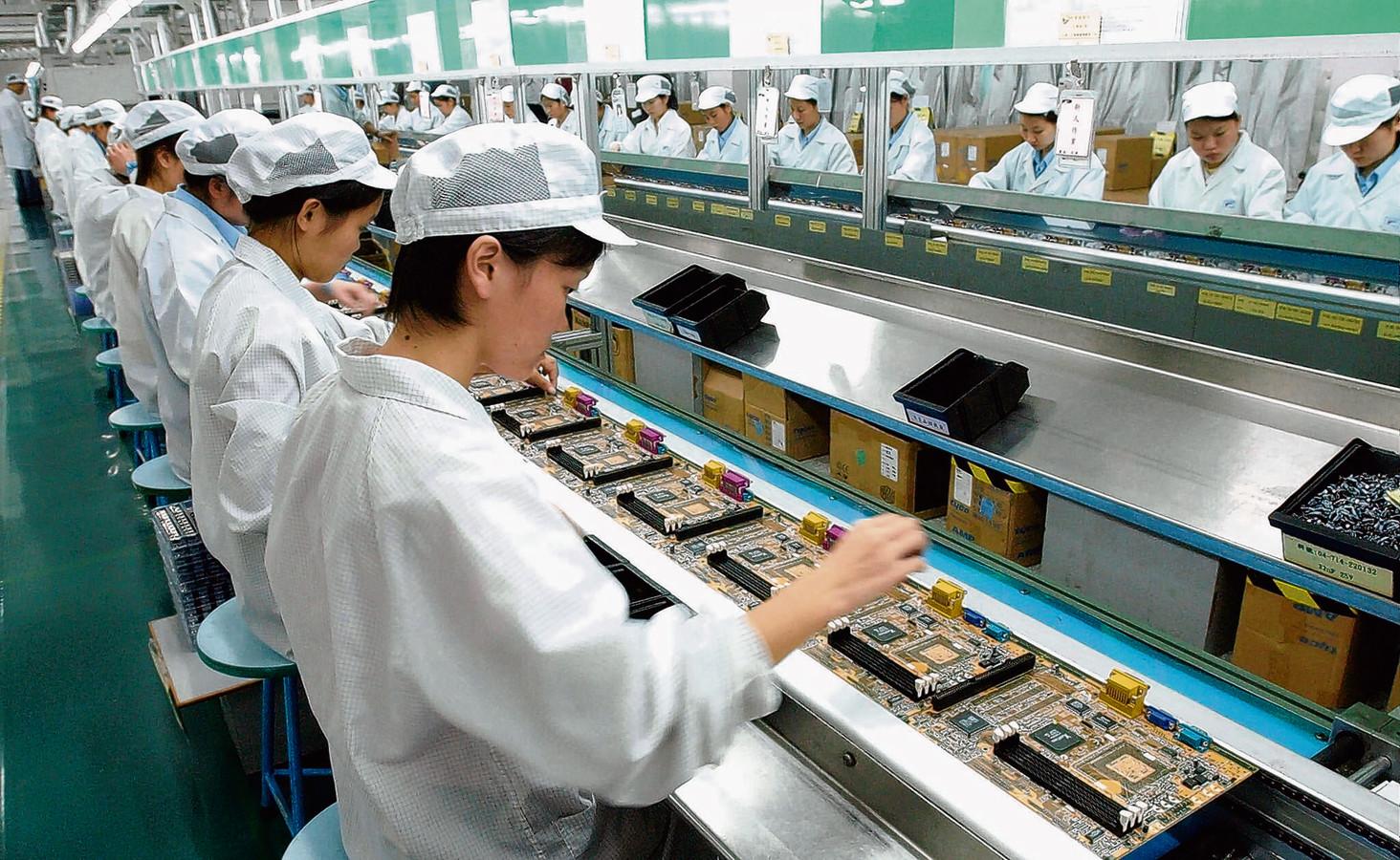 Werknemers van een elektronicafabriek in Shenzhen aan het werk. China zou liefst meer chips in eigen fabrieken willen maken.