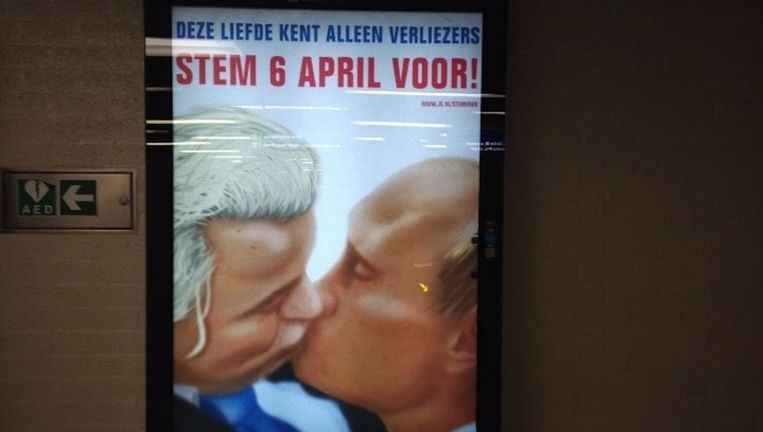 De omstreden poster op metrostation Amsterdam Centraal. Beeld Addie Schulte