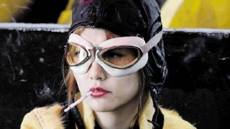 Penelope (Rachel Weisz in een leuke, wat clowneske rol) sluit zich aan bij het oplichtersduo Bloom. (Trouw) Beeld