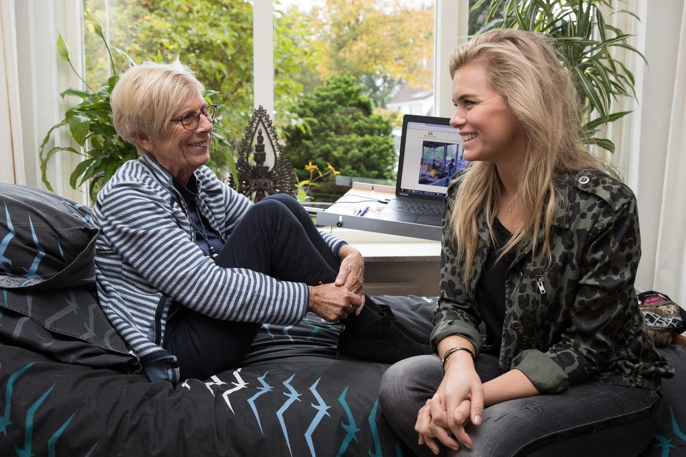 Sieni Schouten (links) vertelt Nicolette van Dam over haar passie voor Sri Lanka.