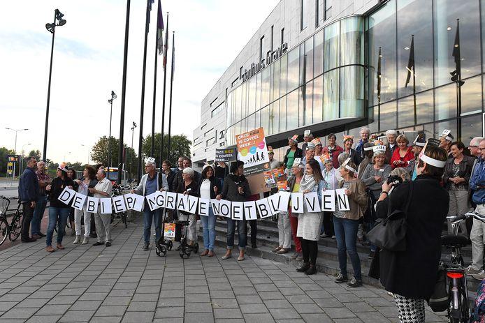 Enkele jaren geleden protesteerden tientallen mensen voor het stadhuis van Grave tegen sluiting van de bibliotheek in het vestingstadje.
