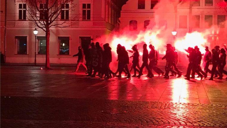 Neonazi's lopen met fakkels door de stad