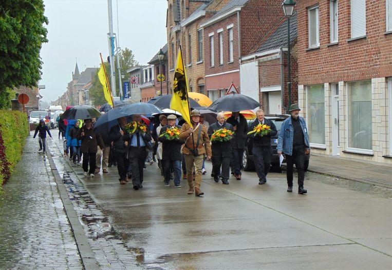 Tijdens de herdenking trok een delegatie in stille optocht van het dorpsplein naar hoeve Ameloot.