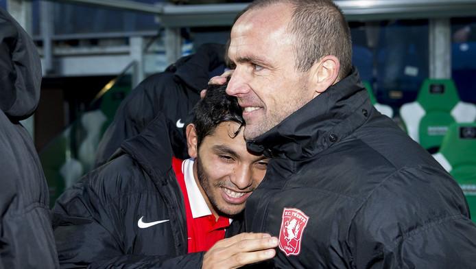 FC Twente-trainer Alfred Schreuder kan nog niet beschikken over Orlando Engelaar. Jesús Corona, op de foto met Schreuder, is wel van de partij.