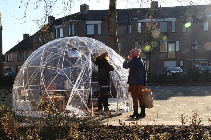 Op het Oranje Nassauplein in Breda staat deze weken af en toe een iglo. Theatermaakster Heleen van Doremalen peilt er de meningen van wijkbewoners over de hitte en over de warmbloedigheid van de bewoners zelf. Heleen (links, witte muts) laat bewoonster Joke de iglo binnen