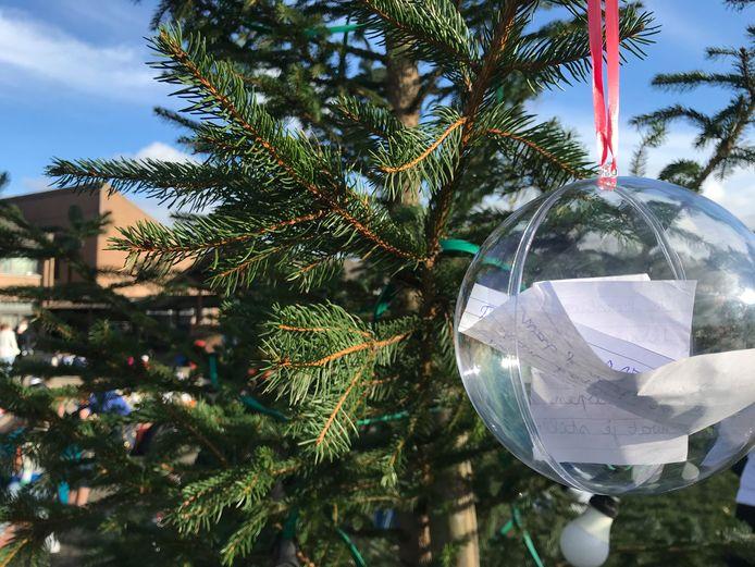 De wensen die in de kerstboom komen te hangen zijn allemaal corona-related.