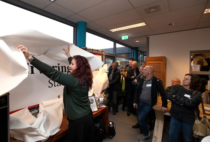Wethouder Renate Richters verricht de opening van het nieuwe onderkomen van Ervaring die Staat.