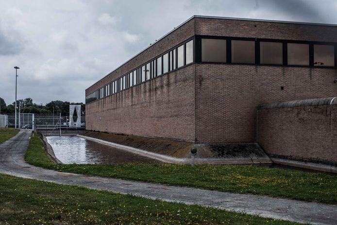 William De Bondt zat aanvankelijk in de gevangenis van Brugge, maar werd overgeplaatst na een incident met een vrouwelijke cipier.