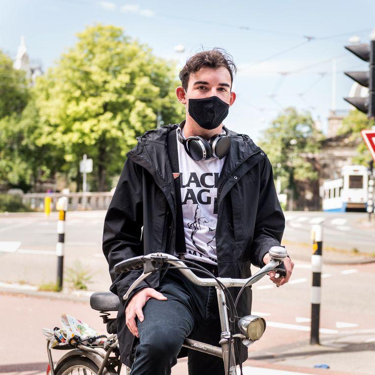 Elin Pantas, op weg met de fiets naar de universiteit: 'Hoe meer mensen een mondkapje dragen, hoe beter het is'  Beeld Eva Faché