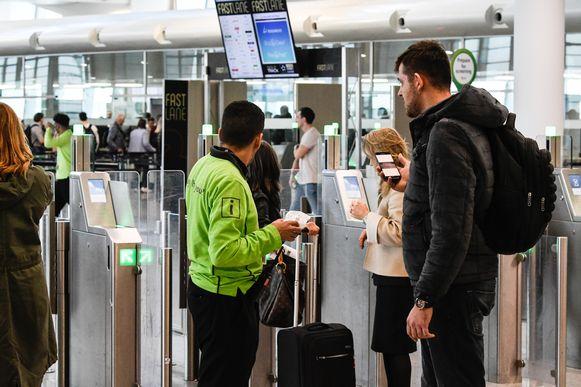 Passagiers worden te woord gestaan bij  de toegang tot de bagagecontrole in Zaventem.