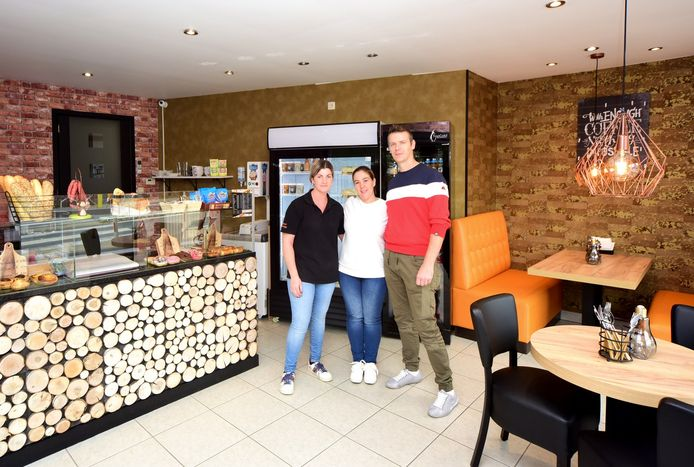Franky met zijn vrouw Kathy en Sarah in de nieuwe broodjesshop