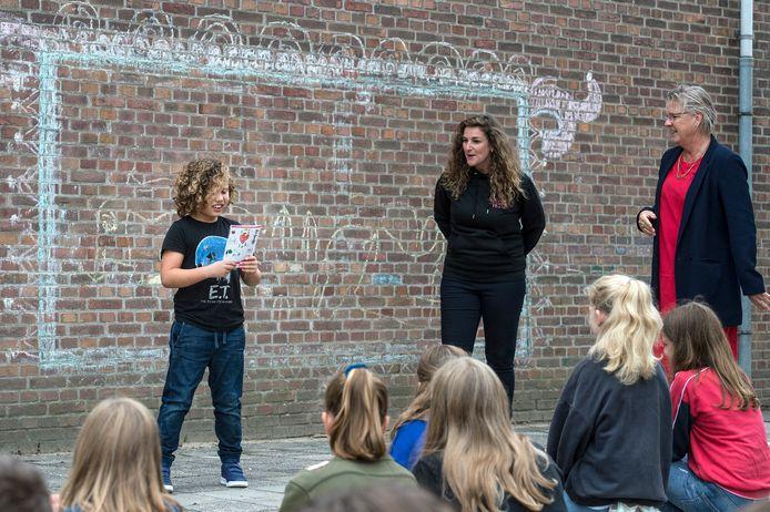 Dim (8, links) met het programmaboekje van Sport- en Cultuurintro. Rechts wethouder Marianne de Bie.