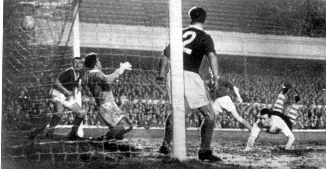 Ad Verhoeven (rechts) kopt namens Sparta raak op Highbury op 30 maart 1960.