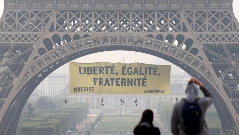 Actievoerders van Greenpeace hebben deze ochtend de Eiffeltoren beklommen.