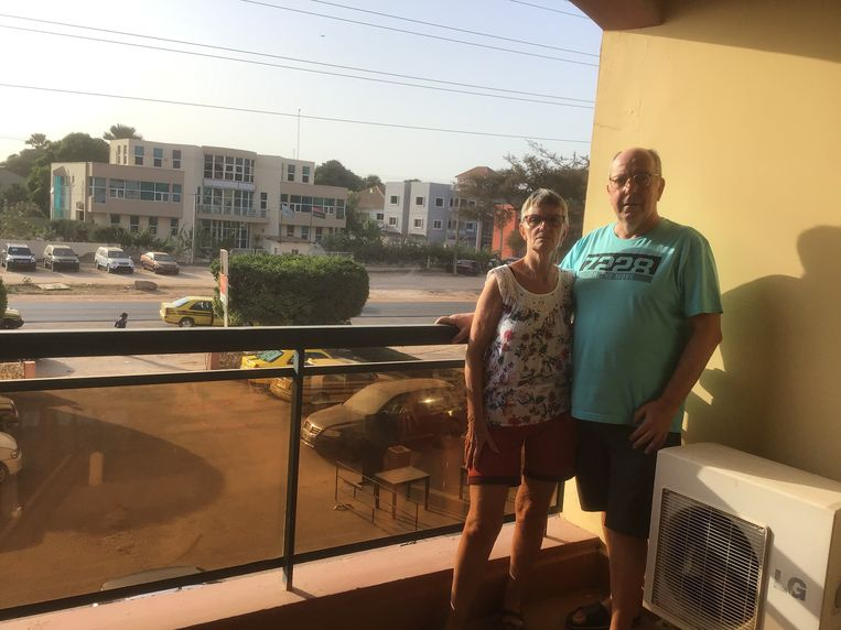Lydia en Leo op hun appartement in Gambia.