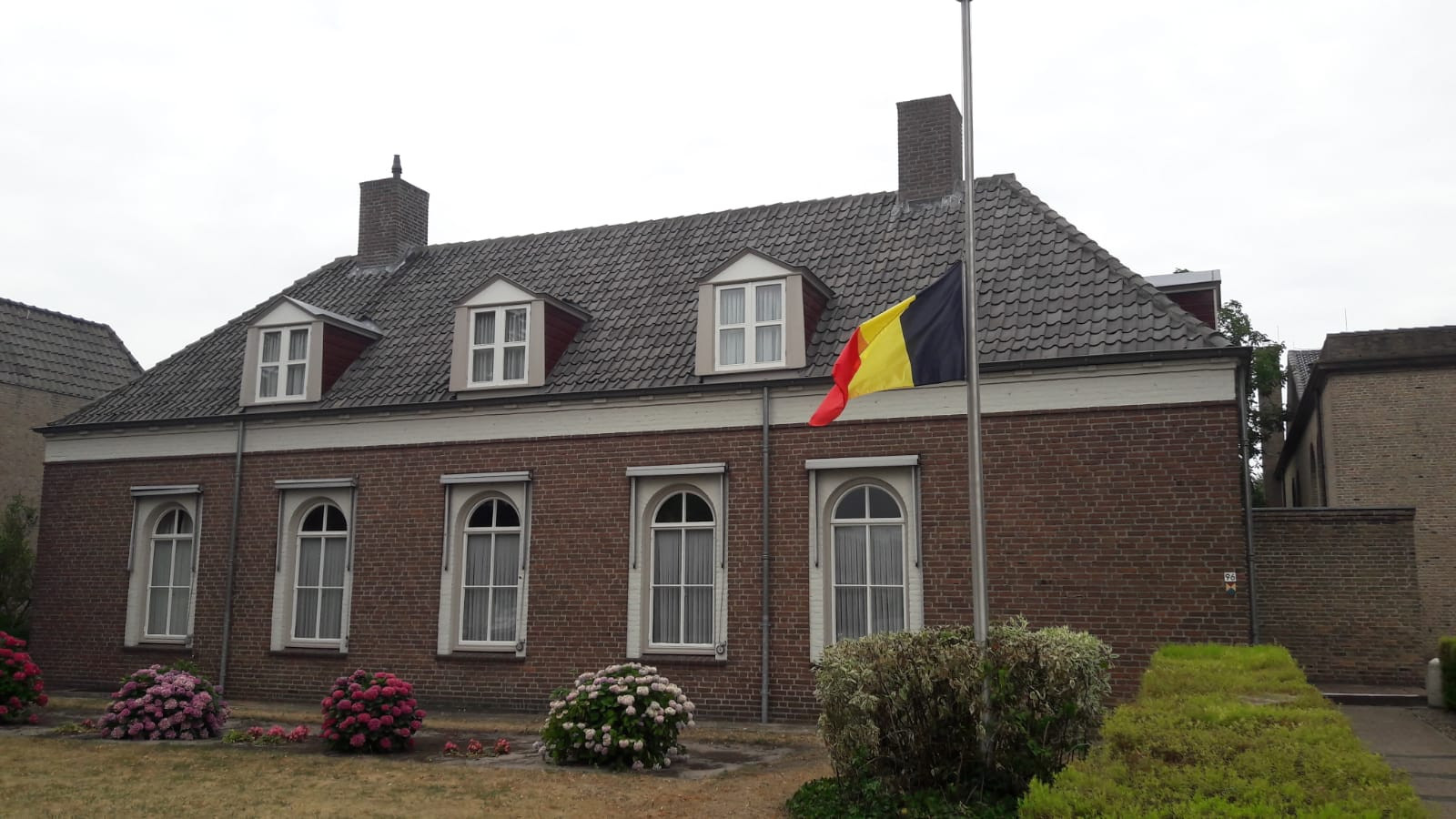 Pastoor Davind Lebrun van de parochie Vlijmen-Nieuwkuijk-Haarsteeg heeft de Belgische vlag halfstok gehangen, na het verlies van België tegen Frankrijk (0-1).