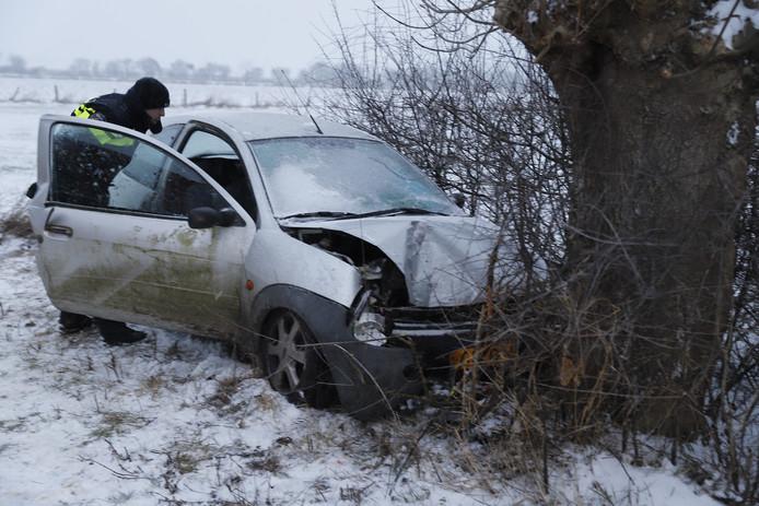 De auto raakte van de weg in Middelaar. De bestuurder moest door de brandweer bevrijd worden.
