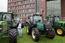 Tractoren worden in aanloop naar het Boerendebat voor het universiteitsgebouw geparkeerd.