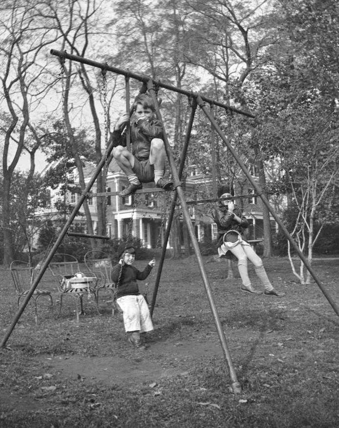 Bobby Kennedy (bovenaan), Edward M. Kennedy (links achter) en Jean Kennedy (rechts achter).