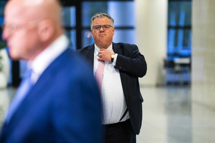 Voorzitter van het Veiligheidsberaad, Hubert Bruls, na afloop van het wekelijks beraad van de Veiligheidsregio's. Op de voorgrond Ferd Grapperhaus, minister van Justitie en Veiligheid.