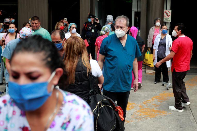 Patiënten en personeel van een ziekenhuis in Oaxaca bekomen in open lucht van het natuurgeweld.