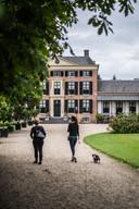 Hennie en Brenda Joosten aan de wandel in Rozendaal.