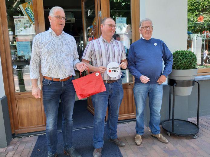Drie heren hebben vrijdagmiddag de campagne Almelo loves you in gang gezet. Wethouder Jan Martin van Rees, ondernemer, Jan Maarten van Baaren en CAA-voorzitter Gerrit van Woudenbergh (vlnr).