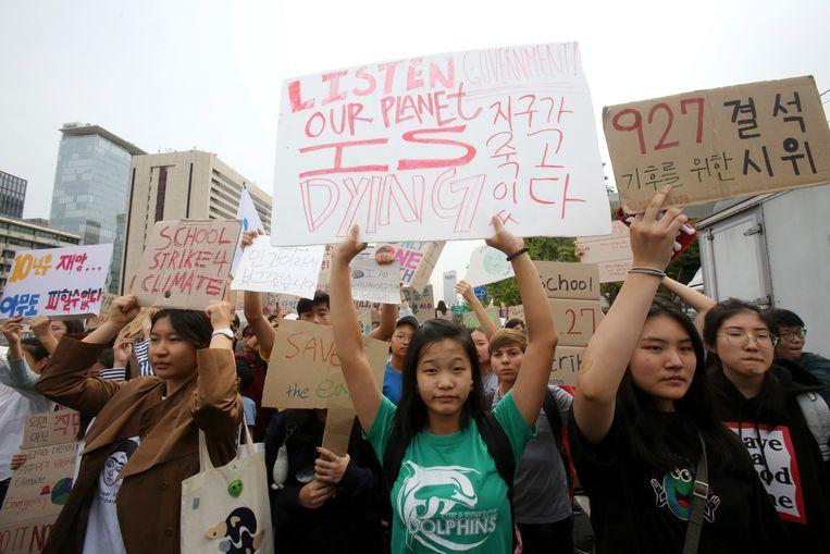 In Seoel, Zuid-Korea, trokken studenten vrijdag op richting het huis van de president. Beeld AP