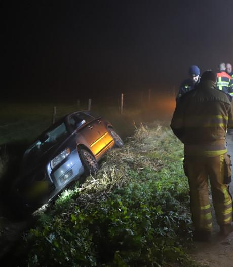Auto in sloot in Lienden, bestuurder nergens te bekennen