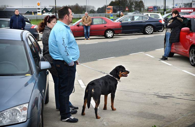 Nederland: een minuut stilte op een parkeerplaats langs de snelweg A2 bij Zaltbommel Beeld Marcel van den Bergh