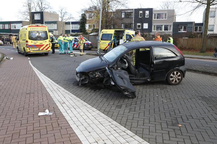De bestuurder is naar het ziekenhuis in Tilburg gebracht. De twee kinderen die in de auto zaten zijn allebei naar het Catharina ziekenhuis in Eindhoven gebracht.