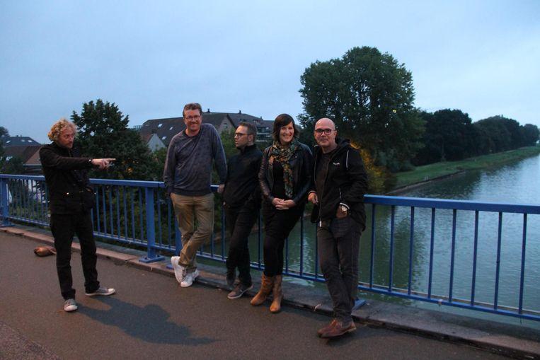 Gunter Callewaert, Toon Bosschaert, Lino Lefever, Marlies Dorme en Geerwin Vandekerckhove verkennen al eens de Centrumbrug, waar ze zondag op spelen.