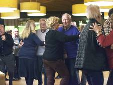 Ouderen dansend over drempel van 2018