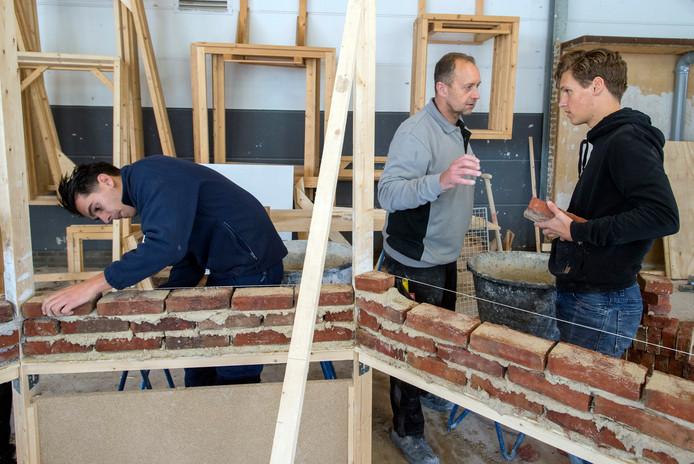 Studenten van Avans volgen in het kader van minor Bouwtechnische bedrijfskunde diverse praktische workshops zoals het metselen van een muurtje.