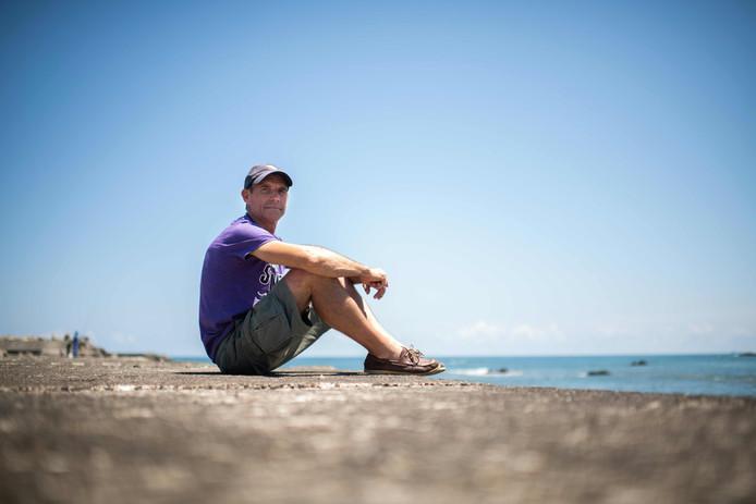 """Benoît """"Ben"""" Lecomte op het strand bij het Japanse Choshi waar zijn zwemavontuur begint."""
