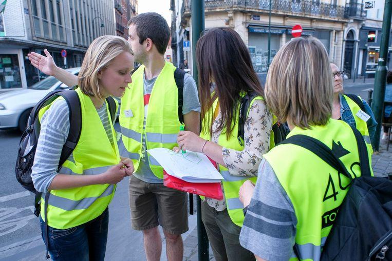 Vrijwilligers trekken de straat op en ondervragen daklozen.