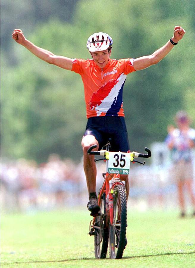 Bart Brentjens viert zijn gouden medaille op de Spelen in Atlanta.