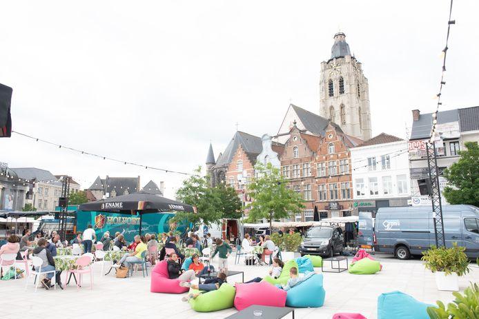 Het zomerse terras  blijft nog heel de maand september op de Markt in Oudenaarde.