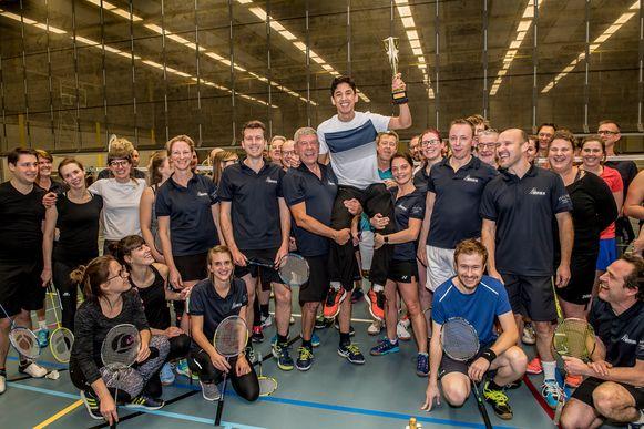 Yuhan Tan wordt op handen gedragen door Badmintonclub Roeselare.