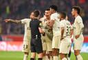 PSG is boos op arbiter Benoit Bastien.