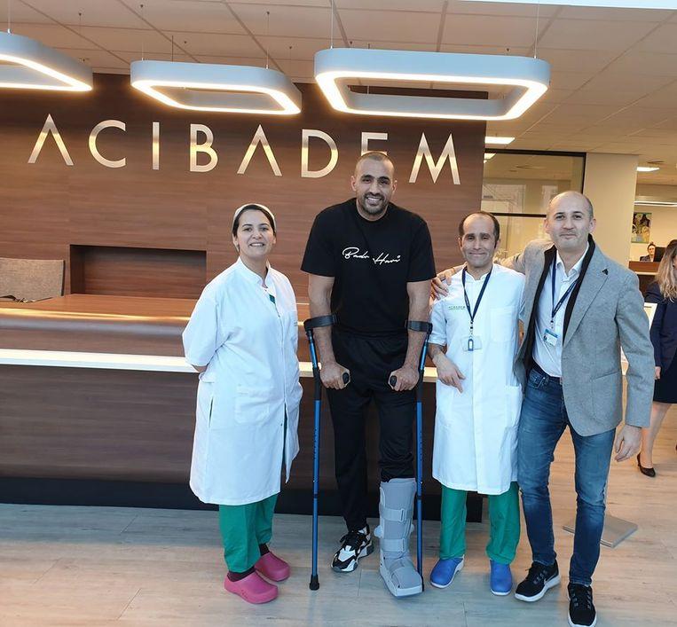 Badr Hari en het medisch team van het Acibadem Medical Centre dat hem behandeld heeft. Beeld Facebook Badr Hari