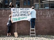 Buurt met spandoeken in actie tegen overlast op Waalkade: 'Als gekken scheuren ze door de straten'