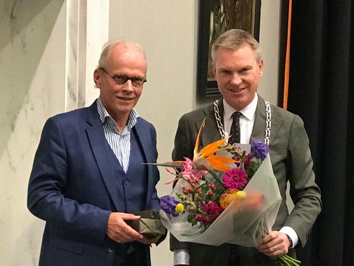Thom Ummels (D66) neemt afscheid van de gemeenteraad van Zaltbommel. Met rechts burgemeester Peter Rehwinkel.