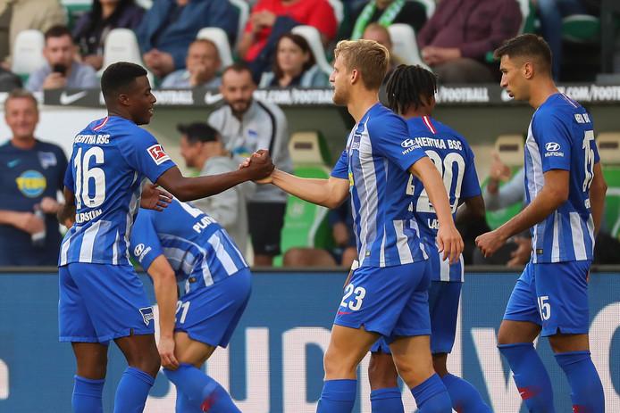 Javairo Dilrosun (l) wordt gefeliciteerd na zijn goal tegen VfL Wolfsburg.