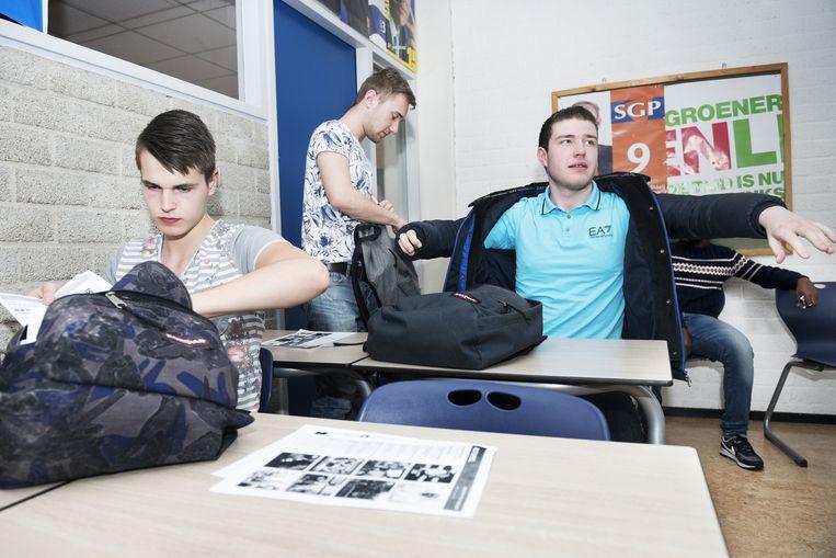 Studenten van het Albeda College in Rotterdam in het klaslokaal van Klaas-Eel de Boer. Beeld Sanne De Wilde