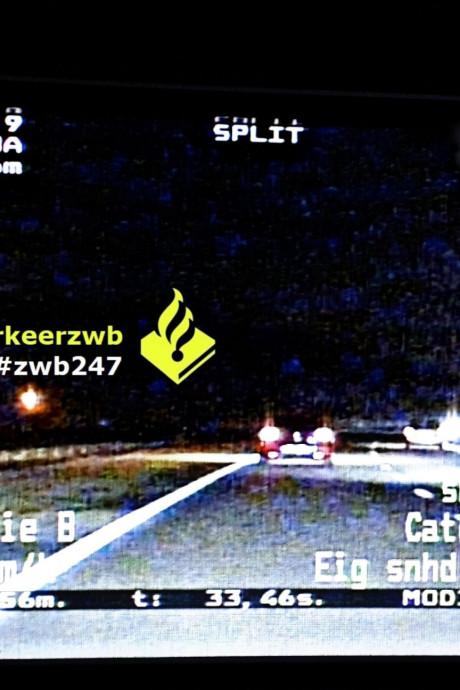 Automobilist racet met 210 km/u en seint naar agenten dat ze aan de kant moeten