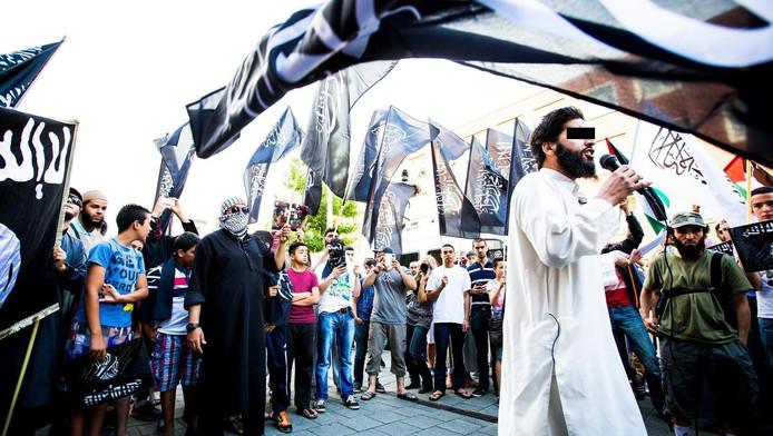 Azzedine C. (L) spreekt tijdens een pro IS-demonstratie in de Haagse Schilderswijk
