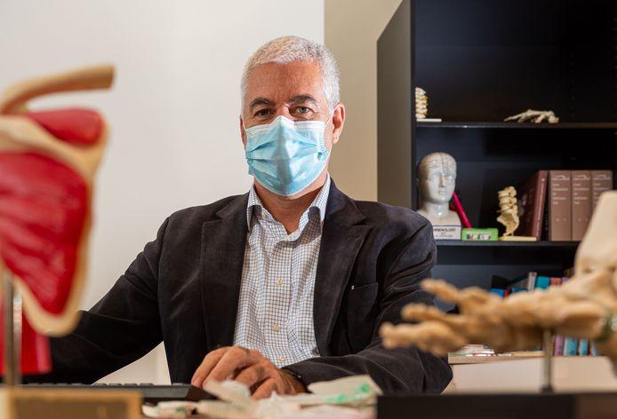 Huisarts Han Wiechers uit Emst is door de coronamaatregelen vijf keer langer bezig met het uitdelen van de griepprik dan in voorgaande jaren.
