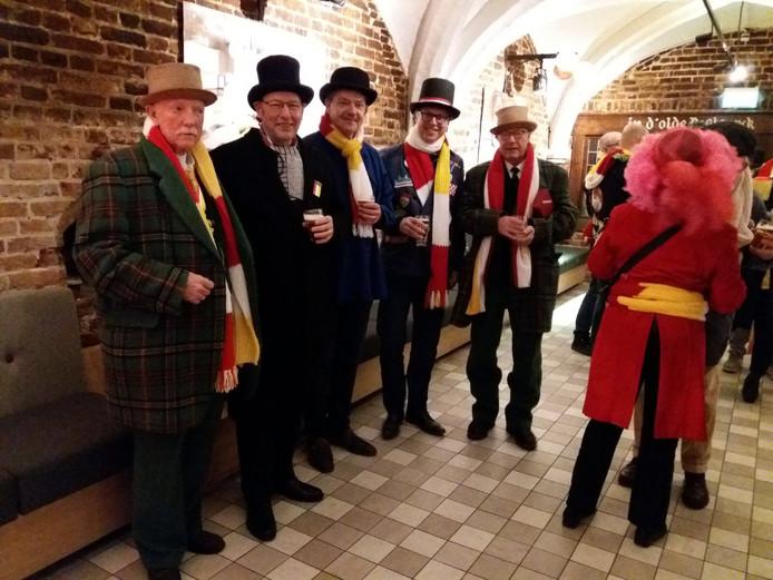 Van links naar rechts R. Carosschen (president van Ut Errembestuur), Frank van Beers (voorzitter Godshuizen), Jacques Jansen (lid De Godshuizen), E. van Doorn (penningmeester Godshuizen) en G. Dunbroek (regent schrijven).